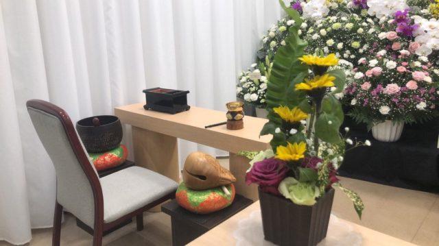 代々幡斎場でのお手伝いの際のお写真です。  白と紫を基調としたお花の他、お焼香台にはひまわりの花を置き、お花がたくさんのお式となりました。 お花は故人様のイメージに合わせたお色をお選びいただけます。  代々幡斎場 〒151-0066 東京都渋谷区西原2-42-1  #渋谷区 #代々幡斎場 #斎場 #お葬式 #ご葬儀 #葬儀 #葬儀社