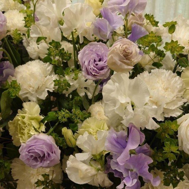飛田給メモリードホールにて一日葬のお手伝いをさせていただきました。  祭壇花は白とグリーン、淡い紫の清楚な色合いで爽やかな雰囲気となりました。 お写真の縁にも白のバラやカーネーションで華やかな印象に。  ご自宅感覚でくつろげる和モダンで、ゆったりとした空間の飛田給メモリードホールは、京王線「飛田給」駅より徒歩3分のところにあり、とても便利な立地です。 ぜひ、お気軽にご相談ください。  【飛田給メモリードホール】 東京都調布市飛田給1-53-2 アクセス:京王線「飛田給」駅より徒歩3分  #葬儀 #ご葬儀 #お葬式 #東京都 #飛田給 #飛田給メモリードホール #一日葬 #お葬式のひなた #京王線 #調布市 #祭壇