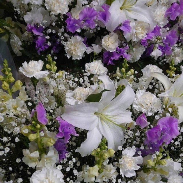 故人様の都内ご自宅にて一日葬のお手伝いをさせていただきました。  白と紫の祭壇花に白いカサブランカが入り華やかに、供花には白いバラと紫のカーネーション。華やかでシックな雰囲気となりました。  昔は当たり前であった自宅葬。 最期をご自宅でお見送りしたいけど、ご自宅の広さや会葬者の人数が、ご心配な方もいらっしゃるかと思います。 故人様、ご家族の方のご希望に添ってご提案いたしますので、ぜひお気軽にご相談ください。  #葬儀 #ご葬儀 #お葬式 #東京都 #自宅葬 #一日葬 #お葬式のひなた #希望 #相談 #最期のお見送り